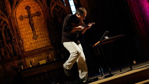 Концерт итальянского джазового скрипача Луки Чарло в церкви св. Петра - Sputnik Латвия