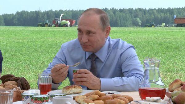Путин попробовал йогурт из клюквы на обеде с фермерами в Тверской области - Sputnik Латвия