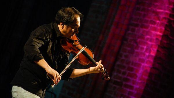 Джазовый скрипач сыграл Баха в рижской церкви - Sputnik Латвия