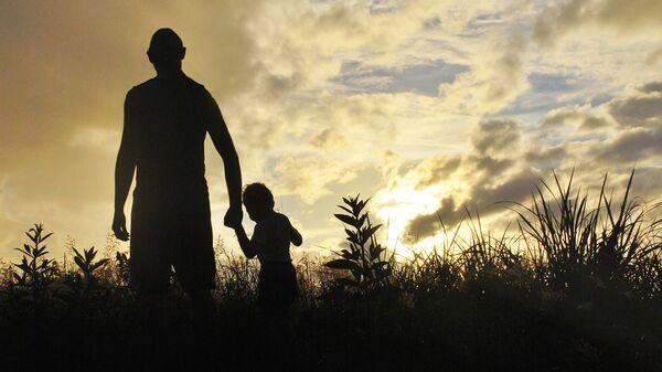 Взрослый с ребенком на закате - Sputnik Латвия
