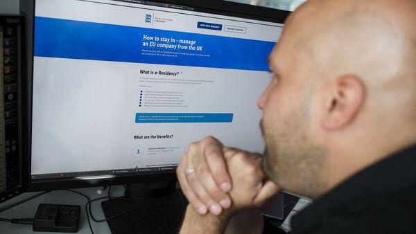 Просмотр интернет-ресурса на экране компьютера - Sputnik Латвия