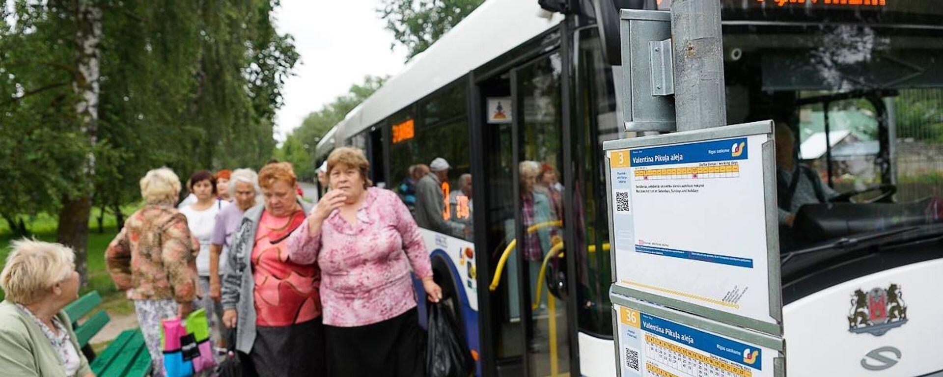 Пассажиры на автобусной остановке - Sputnik Латвия, 1920, 23.09.2016