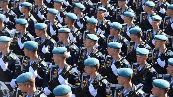 Парадные расчеты десантников на генеральной репетиции военного парада - Sputnik Latvija