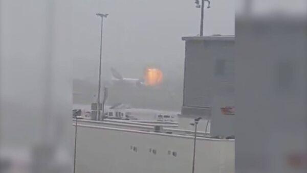 Момент взрыва в самолете при приземлении в аэропорту Дубая - Sputnik Латвия