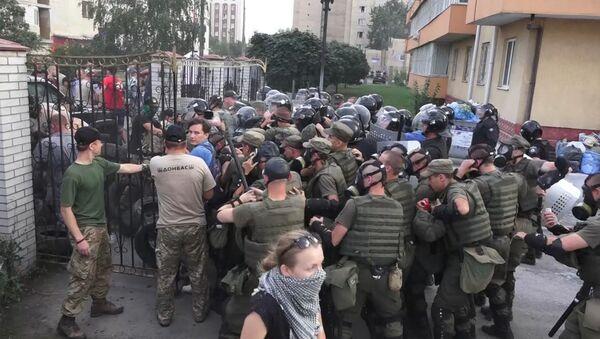 Radikāļi kaujas ar policiju un mētā ar dūmu granātas pie tiesas ēkas Kijevā - Sputnik Latvija
