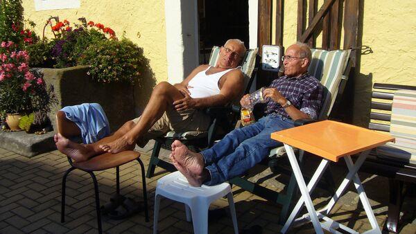 Cienījama vecuma vīrieši atpūtā. Foto no arhīva - Sputnik Latvija