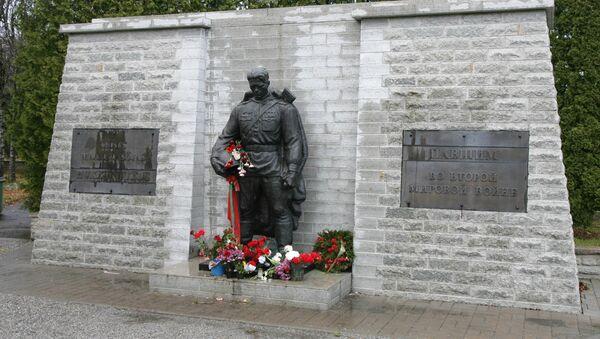 Монумент Воину-Освободителю Бронзовый солдат - Sputnik Latvija