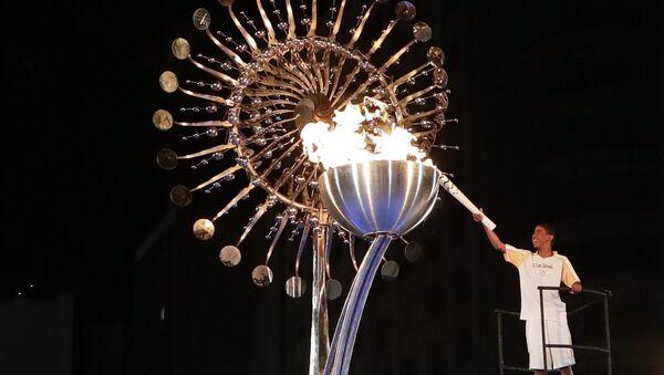 Бронзовый призер Олимпийских игр 2004 года в Афинах бразильский марафонец Вандерлей Кордейру зажег огонь XXXI летних Олимпийских игр 2016 года на стадионе Маракана в Рио-де-Жанейро. - Sputnik Latvija