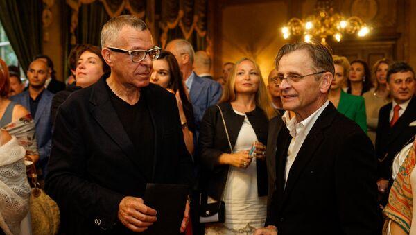 Андрей Ургант изучающе оглядывает Михаила Барышникова: Так вот он какой! - Sputnik Латвия