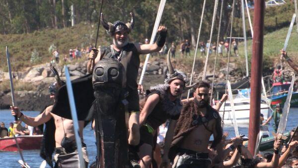 Викинги на драккарах подошли к побережью Испании. Кадры реконструкции - Sputnik Латвия
