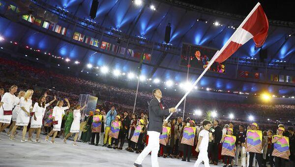 Велогонщик Марис Штромбергс несет флаг Латвии на церемонии открытия Олимпийских игр в Рио - Sputnik Latvija