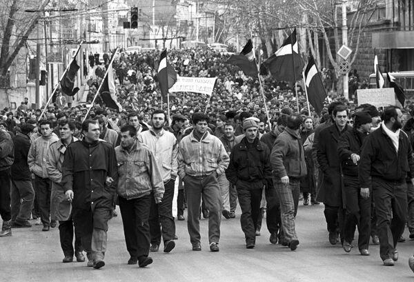 Демонстрация за ускорение процессов перестройки и расширение прав союзных республик - Sputnik Latvija