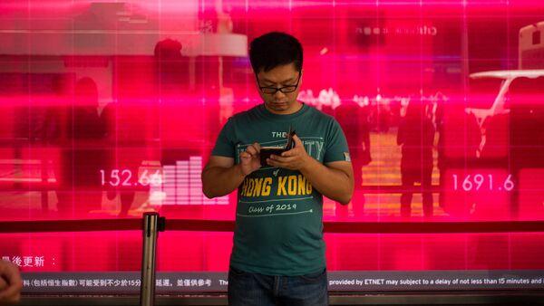 Житель Гонконга со смартфоном - Sputnik Латвия