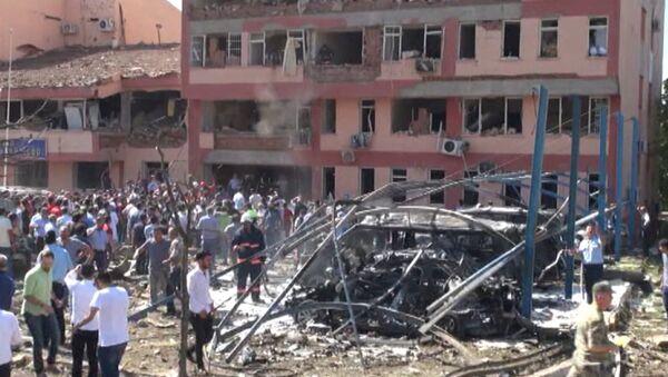 Взрыв произошел у полицейского участка на востоке Турции. Кадры с места ЧП - Sputnik Латвия