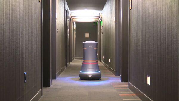 Робот-дворецкий разносит воду по номерам в отеле Сан-Франциско - Sputnik Latvija