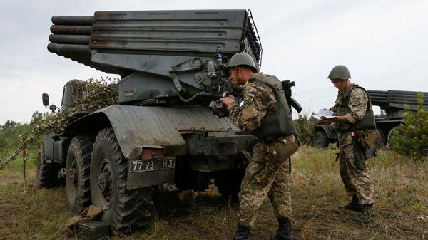 Ukraiņu karavīri kopā ar reaktīvas artilērijas kompleksu Grad. Foto no arhīva - Sputnik Latvija