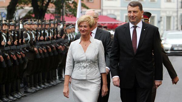 Президент Латвии Раймонд Вейонис с супругой Иветой проходят через парадный строй гвардейцев - Sputnik Латвия