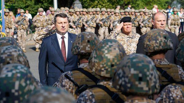 Президент Латвии Раймондс Вейонис обходит построенные для парада войска Земессардзе - Sputnik Латвия