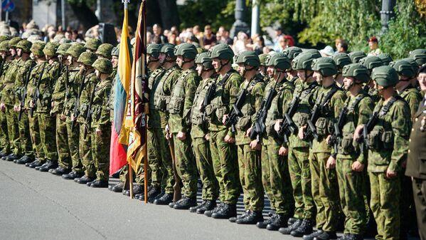 Представители Вооружённых сил Литвы на параде в честь 25-летия Земессардзе - Sputnik Латвия