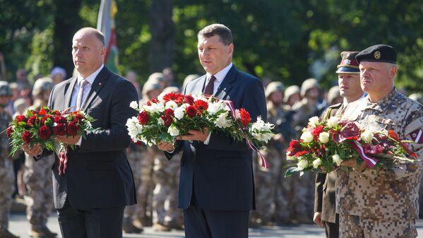 Раймондс Бергманис, Раймондс Вейонис и Раймондс Граубе возложили цветы к Памятнику Свободы - Sputnik Латвия