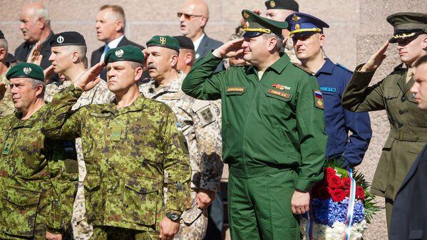 Военные атташе России на параде в честь 25-летия Земессардзе на площади у Памятника Свободы - Sputnik Латвия