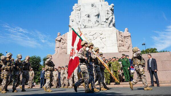 Парад в честь 25-летия Земессардзе на площади у Памятника Свободы - Sputnik Латвия