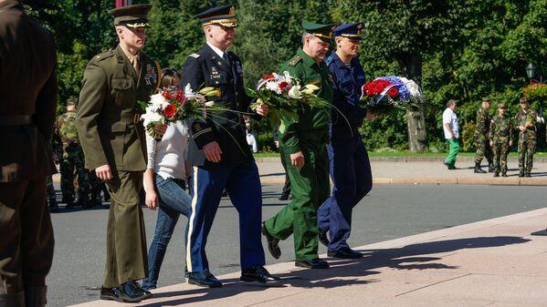 Военные атташе России и США возложили цветы к Памятнику Свободы - Sputnik Латвия