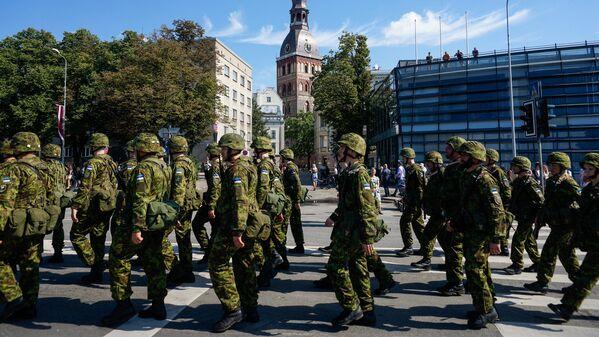 Представители Вооружённых сил Эстонии на улице Риги - Sputnik Латвия