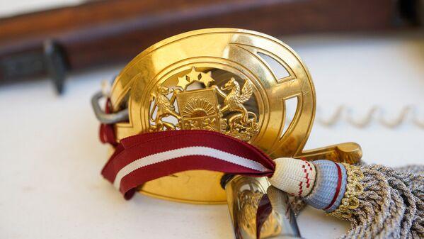 Герб Латвии на эфесе сабли офицера Латвийской армии - Sputnik Латвия
