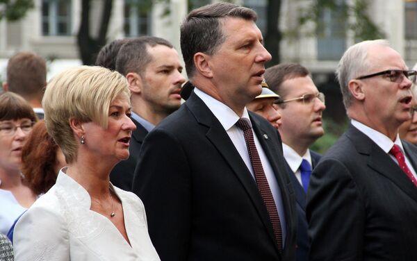 После торжественного обновления почетного караула у Рижского замка присутствующие спели гимн Латвии - Sputnik Латвия