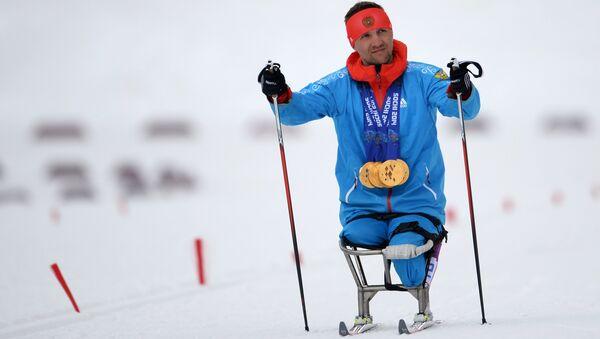Роман Петушков (Россия), завоевавший шесть золотых медалей на XI Паралимпийских зимних играх в Сочи, после окончания соревнований по лыжным гонкам. - Sputnik Latvija