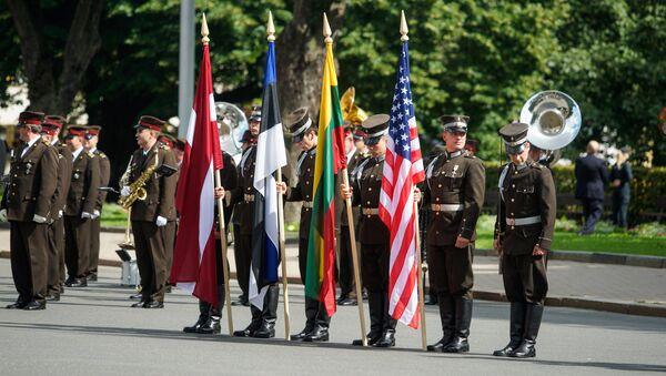 Знамённая группа с флагами Латвии, Эстонии, Литвы и США построилась в ожидании высоких гостей - Sputnik Латвия