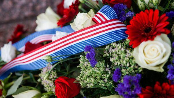 Цветы у памятника Свободы, возложенные во время визита Джо Байдена президентами стран Балтии - Sputnik Латвия
