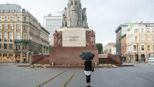 У памятника Свободы выложили рельсы со свечами - Sputnik Латвия
