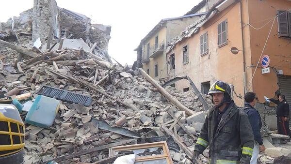Землетрясение в Италии: работа спасателей и кадры разрушений - Sputnik Латвия