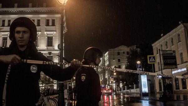 Полицейское оцепление у отделения Ситибанка в центре Москвы, на Большой Никитской улице - Sputnik Latvija