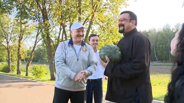Лукашенко встретился со Стивеном Сигалом в своей резиденции - Sputnik Latvija