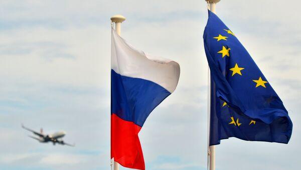 Флаги России, ЕС, Франции и герб Ниццы на набережной Ниццы - Sputnik Латвия