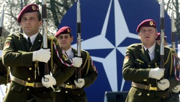 Cолдаты cловацкой армии во время парада в Братиславе в честь вступления страны в НАТО - Sputnik Латвия