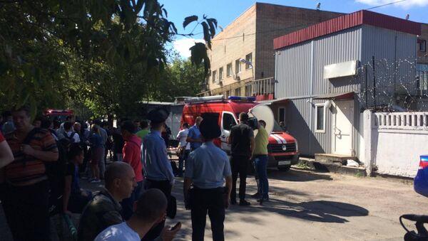 Пожарные и следователи у сгоревшего склада в Москве - Sputnik Латвия