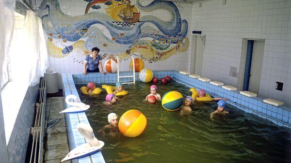 Дети в плавательном бассейне. Архивное фото - Sputnik Латвия