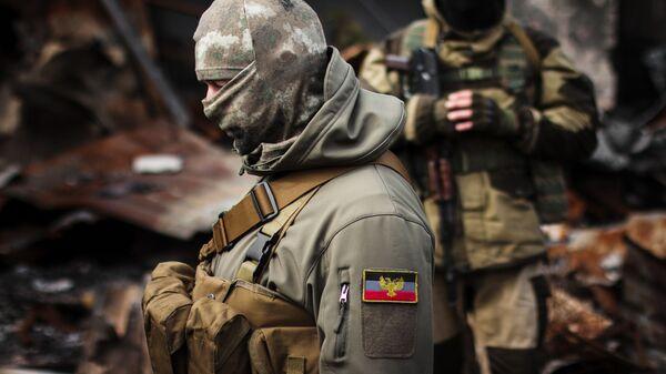 Ополченцы Донецкой народной республики на территории разрушенного рынка на Донбассе - Sputnik Latvija