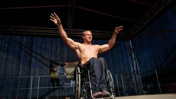 Пример силы, духа и упорства - бодибилдинг в инвалидной коляске - Sputnik Латвия