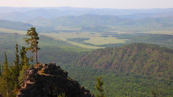Вид с одной из вершин горного массива Алханай - Sputnik Latvija