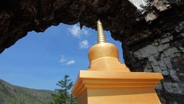 Zelta Pēda Vārtu templī. Stāsta, ka ilgu laiku pirms budisma parādīšanās, Alhanajā pabijis pats Čingishans. - Sputnik Latvija