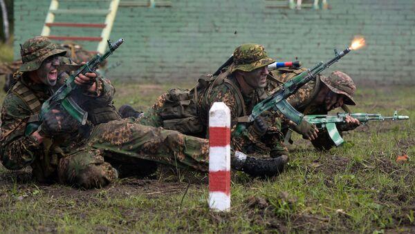 Военнослужащие вооруженных сил России во время прохождения этапа Тропа разведчика - Sputnik Латвия
