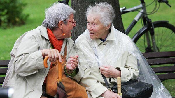 Пожилые женщины в парке - Sputnik Латвия