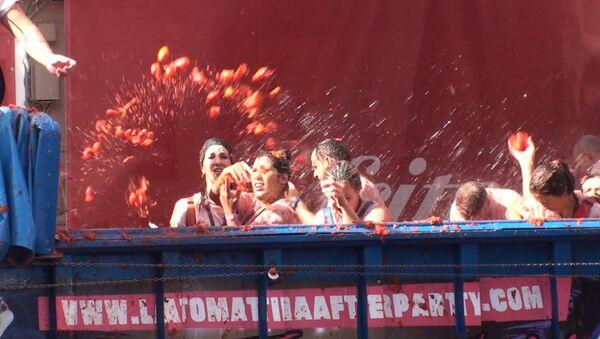 Tomātu asaras: spāņi viens otru apmētāja ar tomātiem - Sputnik Latvija