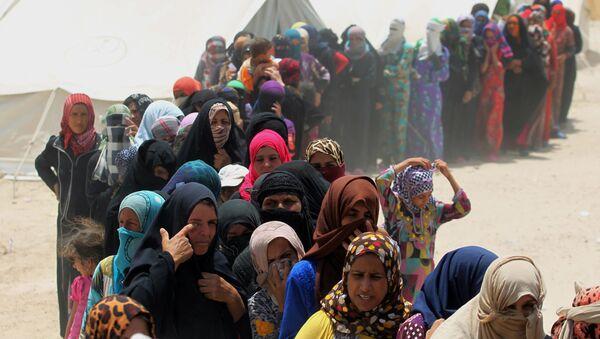 Irākiešu sievietes rindā pēc humānās palīdzības. Foto no arhīva - Sputnik Latvija