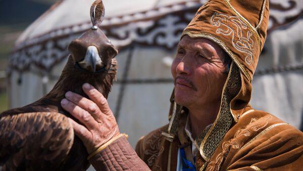 Mednieks ar klinšu ērgli festivālā Nomadu visums. Festivāls notiek Kirčinas aizas etno pilsētiņā 2. Vispasaules nomadu spēļu ietvaros. - Sputnik Latvija